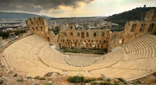 """En amfiteater (från grekiskans amphi """"runt om"""" och theatron """"skådeplats"""") är en byggnad avsedd för stora skådespel."""